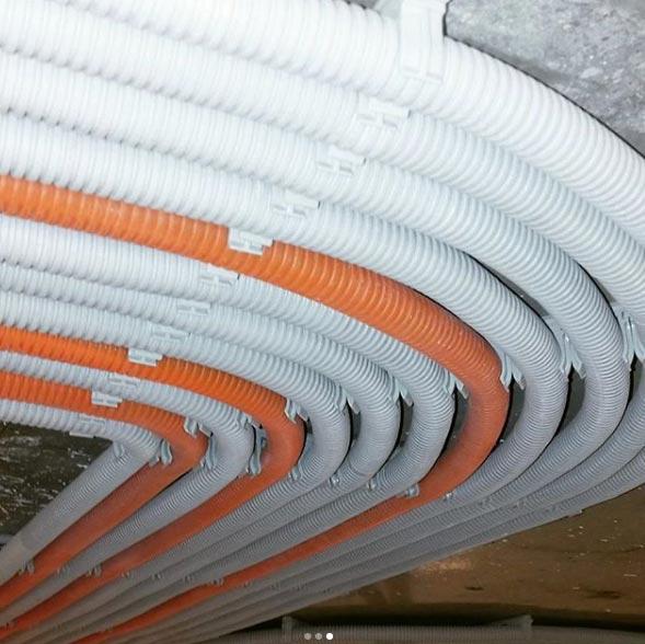 укладка кабеля в гофре по потолку