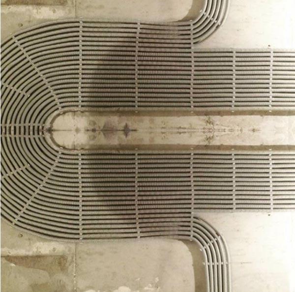 фигурная красивая прокладка кабеля в гофре по потолку