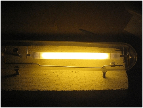 Свечение трубки натриевой лампы