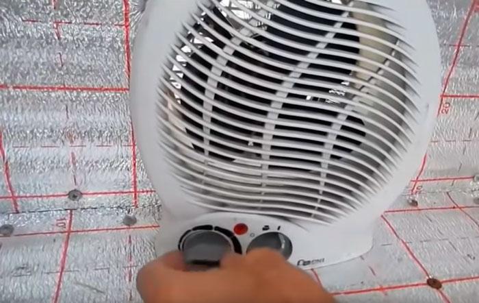 регулировка температуры термостатом внутри сушилки для фруктов