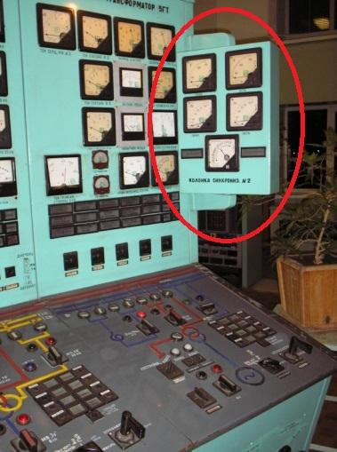 Колонка синхронизации рядом с пультом управления генератором