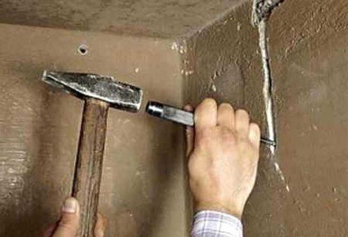 Демонстрация выбивания штробы в стене с помощью стамески
