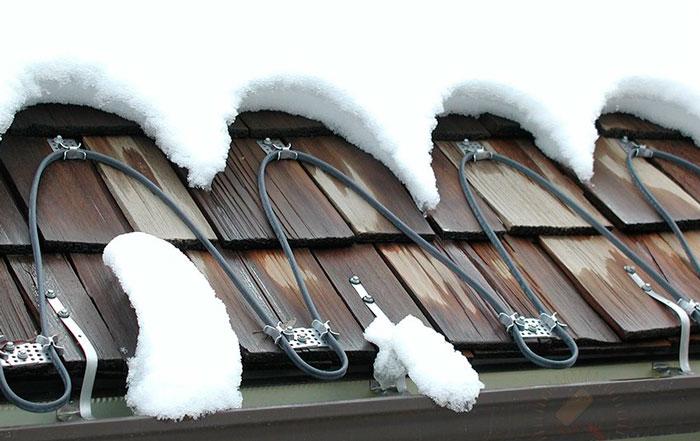 шаг между верхним и нижним рядом клипс для крепежа кабеля обогрева