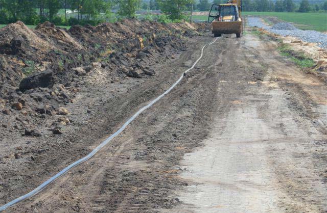 неправильная раскатка кабеля по земле волочением за трактор