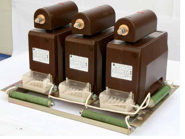 Три однофазных трансформатора ЗНОЛ, собранные вместе