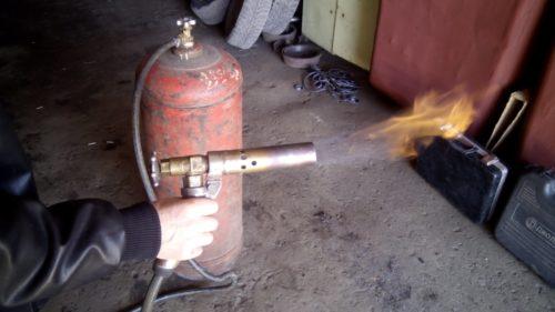 Перед выполнением нагрева муфты пламя от газовой горелки следует направить в сторону для проверки работы устройства