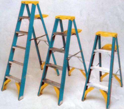 Лестницы использующиеся при производстве электромонтажных работ, должны быть с прорезиненными платформами и ножками