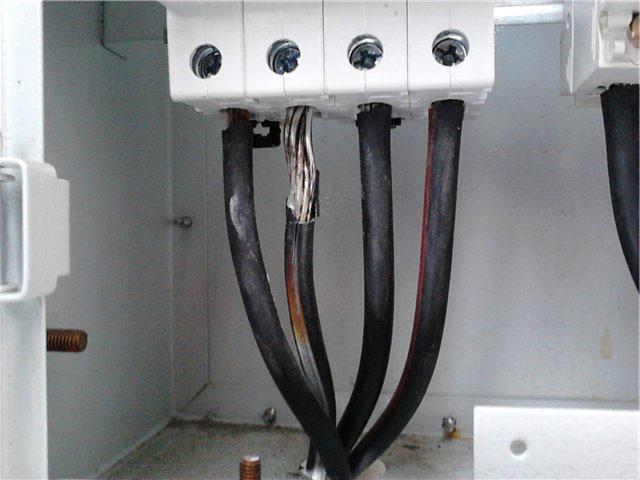 подгоревшая жила СИП в клемме автомата