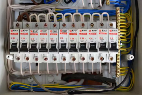 Шина для автоматов с перемычками из изолированного кабеля требуемого сечения