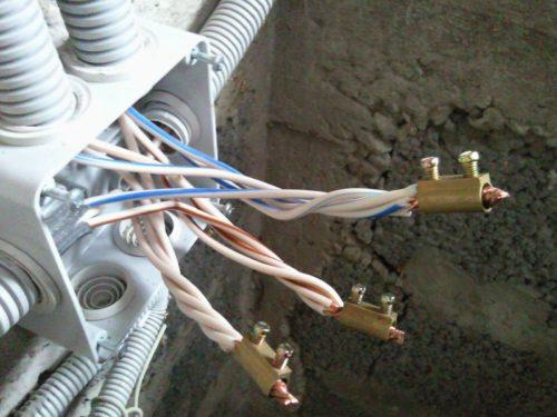 Безопасная скрутка проводов следует выполнять при помощи специальных винтовых клеммников