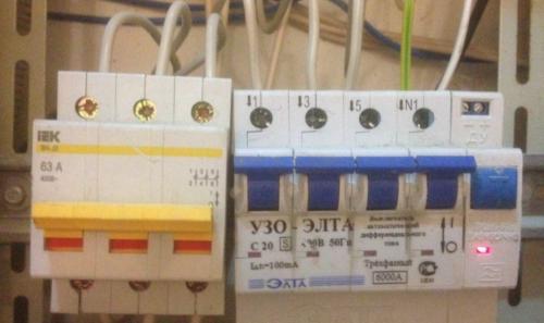 При сработке в распределительном щитке дифавтомата причиной может стать неверное соединение проводов