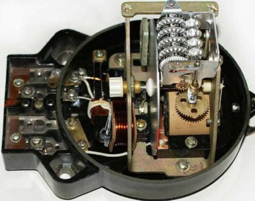 Конструкция механического (индукционного) счетчика предполагает наличие пластины - компенсатора сил трения