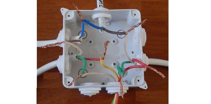 Изображение электрический коробки с заведенными проводами