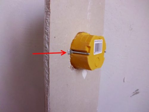 Пример как прижимается подрозетник к гипсокартону