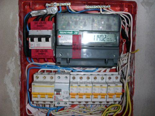 Пример пломбировки клемм вводного выключателя наклейками в РЩ