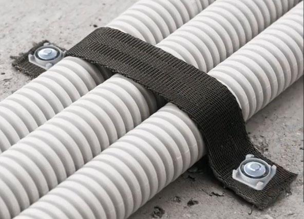 крепеж гофры и кабелей из ленты на полу, потолку