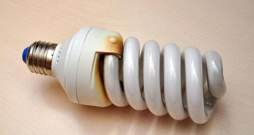 Энергосберегающая лампа с основным видом неисправности - перегоревшей спиралью, о чем свидетельствует затемнение