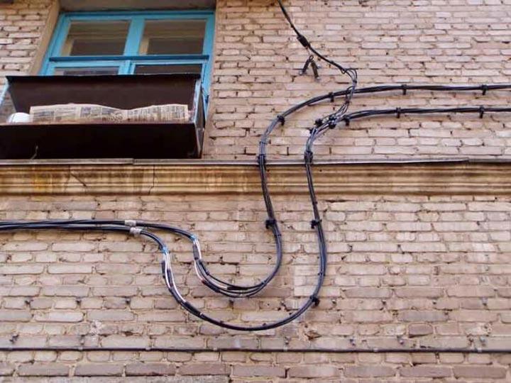 провод СИП на кирпичном фасаде