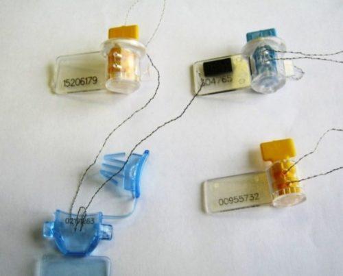 Несколько видов номерных пластиковых пломб реверсного типа