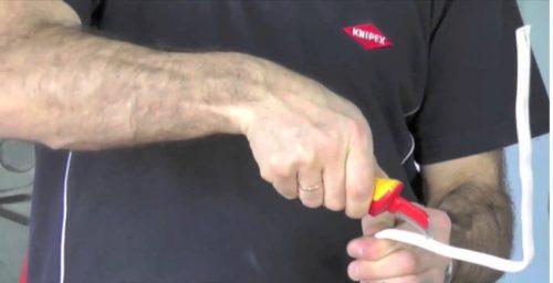 Нож производит разрез верхней оболочки