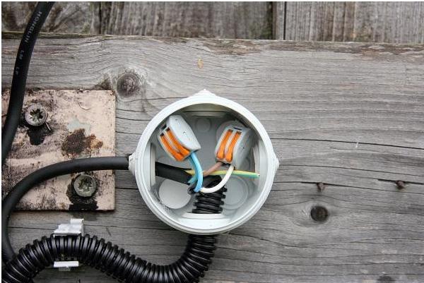 Установка прожектора с датчиком движения на приусадебном либо дачном участке позволяет создать оригинальную подсветку