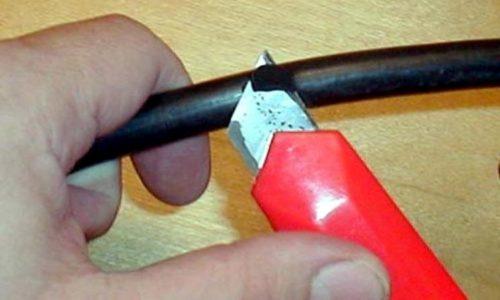 Пример расположения ножа относительно провода при снятии верхней оболочки