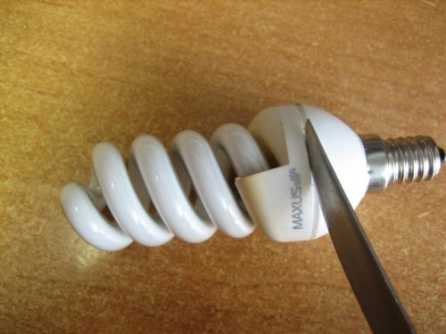Для разборки лампы можно использовать острый нож с тонким лезвием