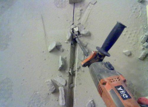 Для штробления бетонной стены необходимо использовать перфоратор со специальной насадкой