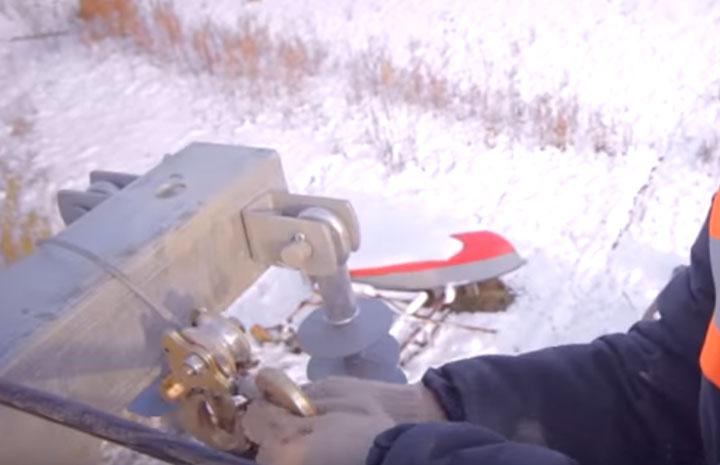 зацепление троса лебедки за траверсу на опоре при натяжении проводов