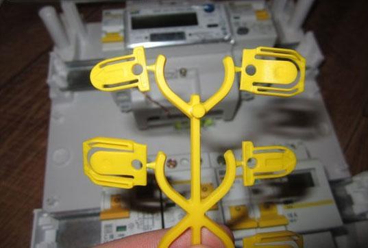 В комплекте к автомату ВА47-29 от IEK заглушки крепятся на пластиковой шине как листья на ветке