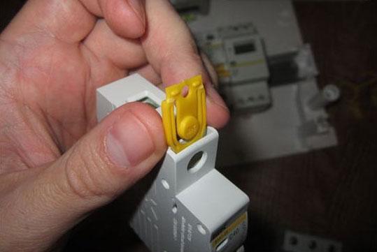 Пример установки пластиковой заглушки автоматический выключатель ВА47-29 от IEK